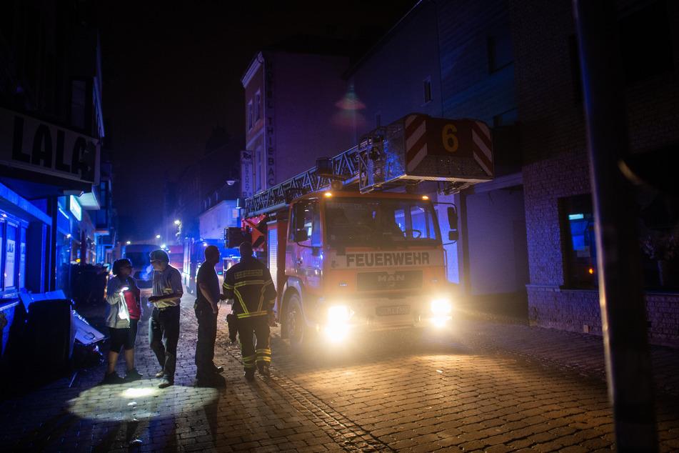 Die Feuerwehr ist in NRW im Dauereinsatz. In der Nacht konnten drei Menschen aus dem Fluss Wurm gerettet werden.