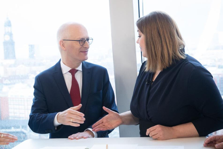 Bürgermeister Peter Tschentscher (SPD) und seine Stellvertreterin, Katharina Fegebank (Grüne) reichen sich vor einem TV-Duell die Hände.
