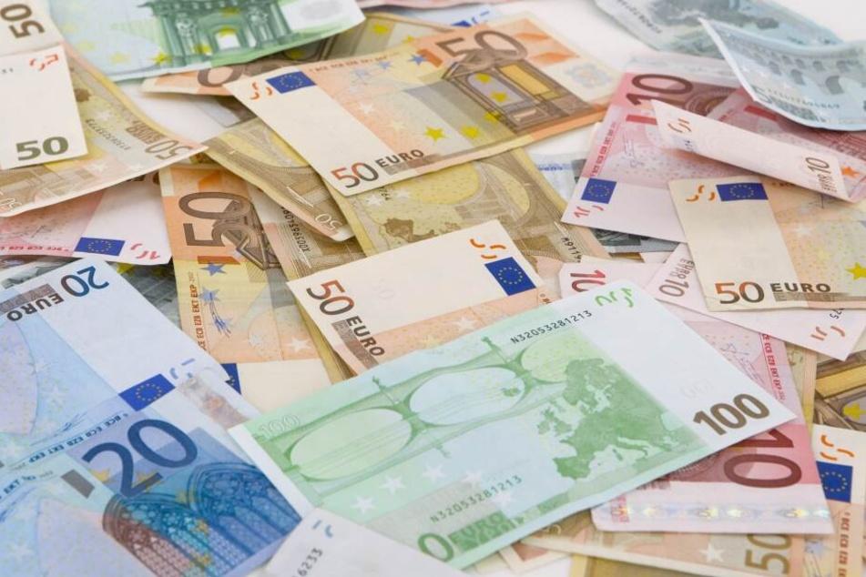 Bei der letzten Erhebung Ende 2017 lag das mittlere Einkommen für einen Vollzeitjob im Freistaat bei 2479 Euro (brutto) pro Monat - 860 Euro unter dem Wert für Westdeutschland (3339 Euro).