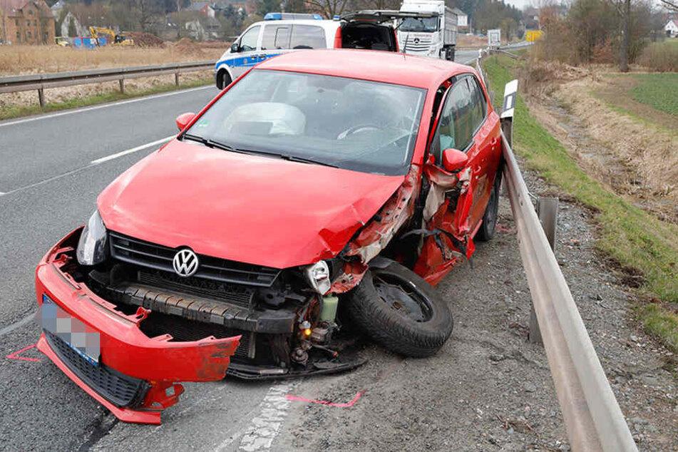 Der VW wurde bei dem Crash schwer beschädigt.