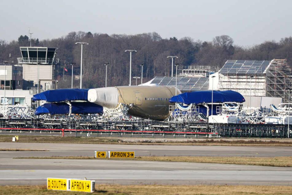 Segmente verschiedener Flugzeuge lagern auf dem Werksgelände in Hamburg. (Archivbild)