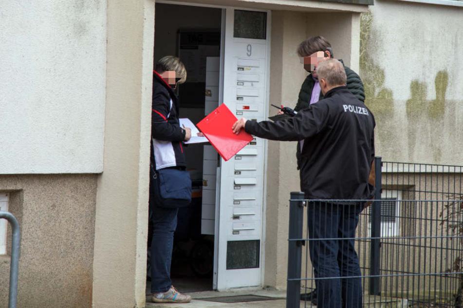 Mit Messer bedroht: Mann überfällt Frau (66) in ihrer eigenen Wohnung