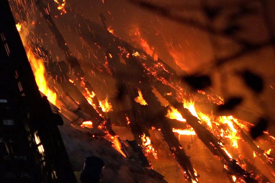 Die Brandursache ist noch völlig unklar, die Kriminalpolizei ermittelt.