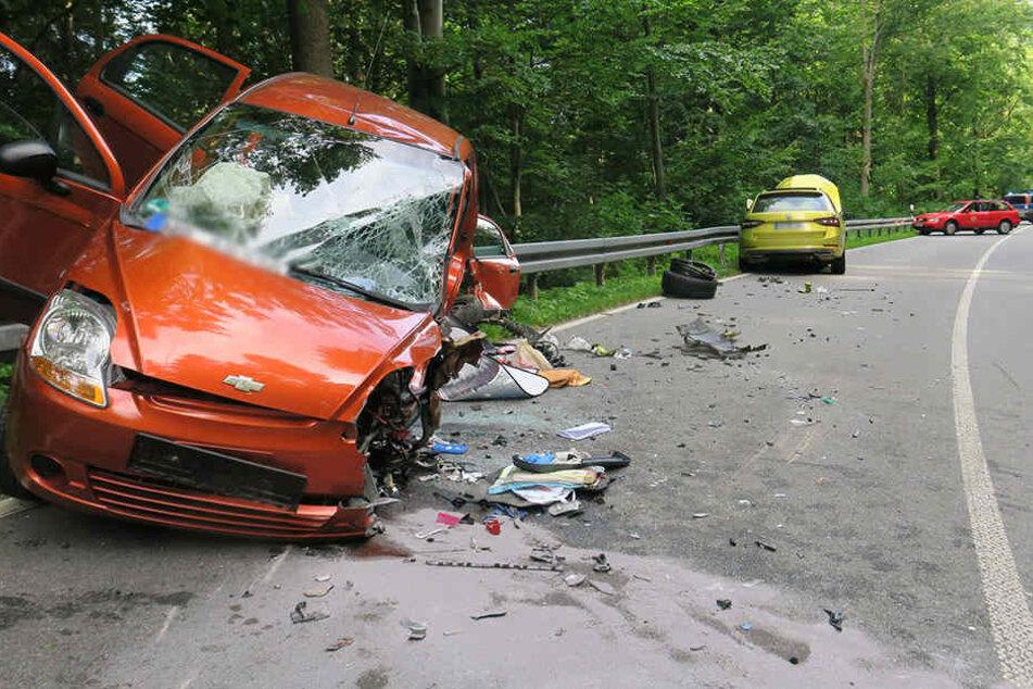 Der Chevrolet landete auf der Leitplanke.