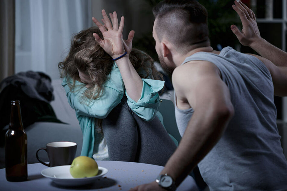 Ein Streit soll laut Polizei eskaliert sein, weshalb der Mann die Frau drangsalierte. (Symbolbild)