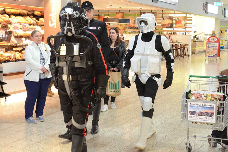 Die dunkle Seite der Macht zog durch den Supermarkt in Espelkamp.