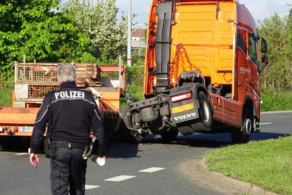 Der Auflieger dieses Sattelschleppers hatte sich gelöst und war in einer Kurve mit einem entgegenkommenden Auto zusammengestoßen.