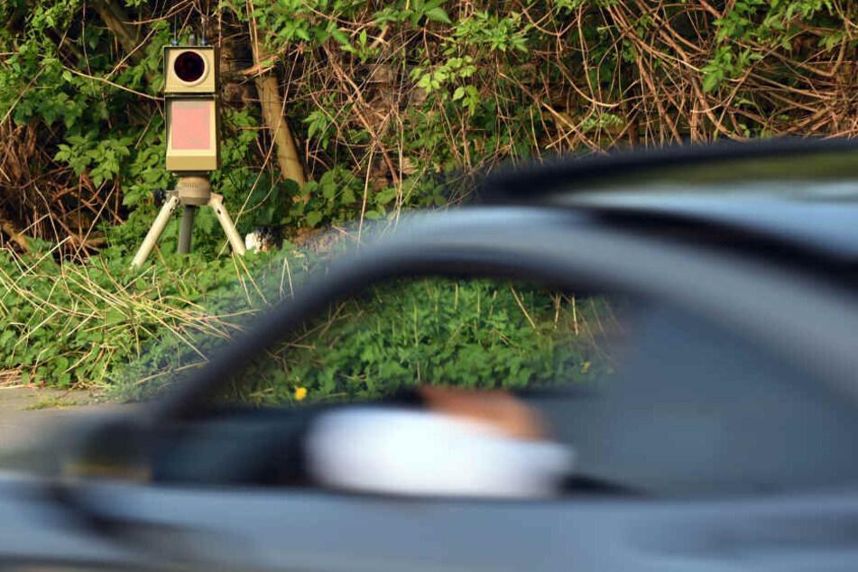 Eine Mobile Messanlage misst die Geschwindigkeit der vorbeifahrenden Fahrzeuge.