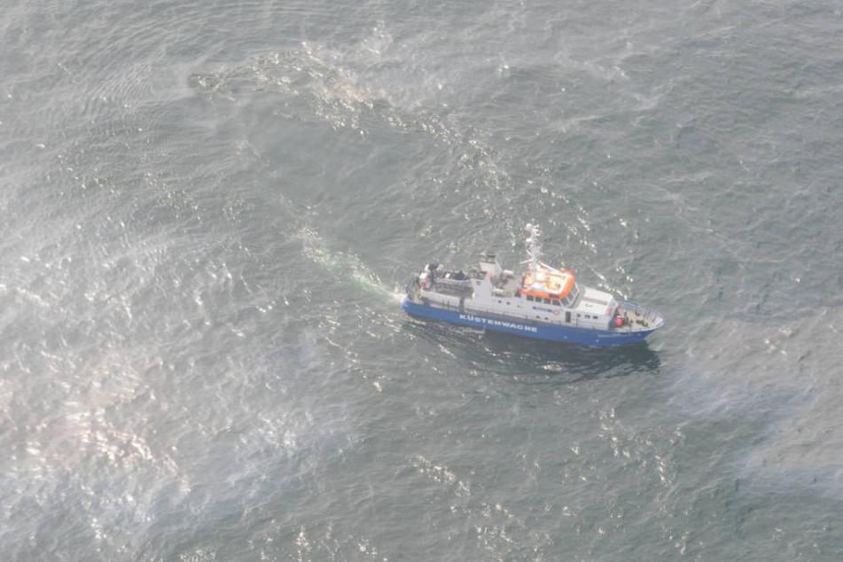 Die Küstenwache untersucht mit einem Schiff die Ölspur (Archivbild).