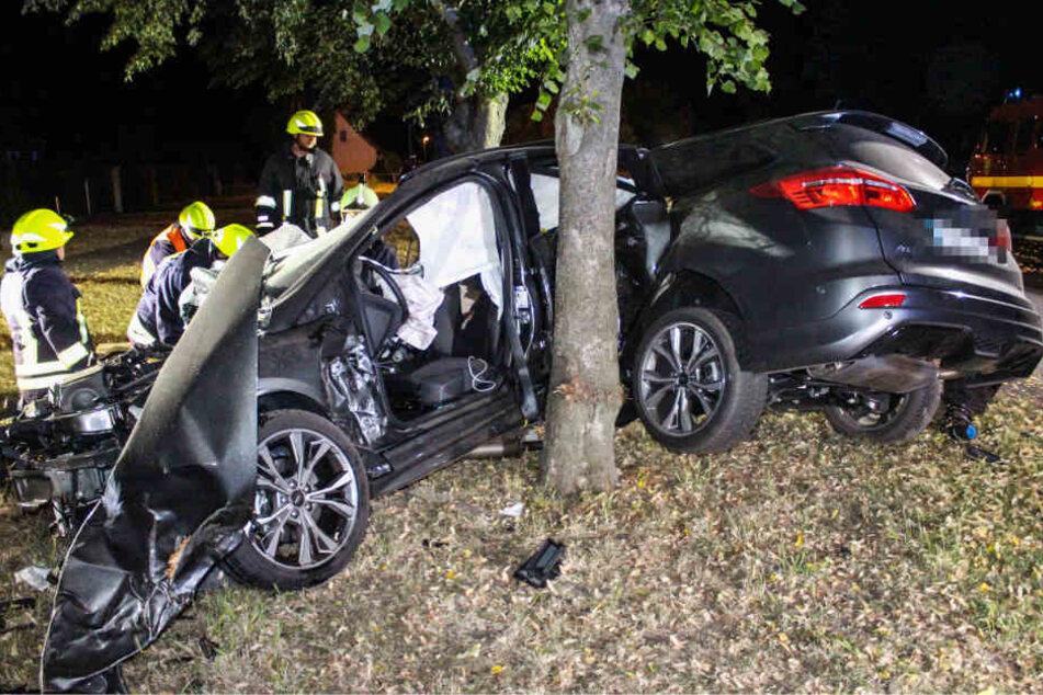 Der Wagen wurde durch die Wucht des Aufpralls in zwei Teile gerissen.