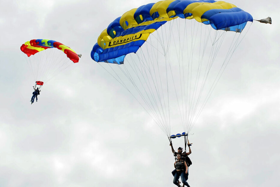 Auch Fallschirmsprünge kann man am Wochenende in Gera machen.