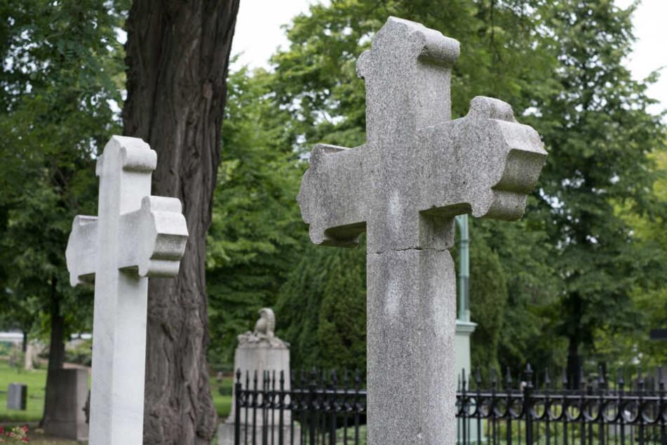 Von einem Friedhof in Dannenwalde wurde eine 25.000 Euro teure Bronzestatue gestohlen (Symbolbild).
