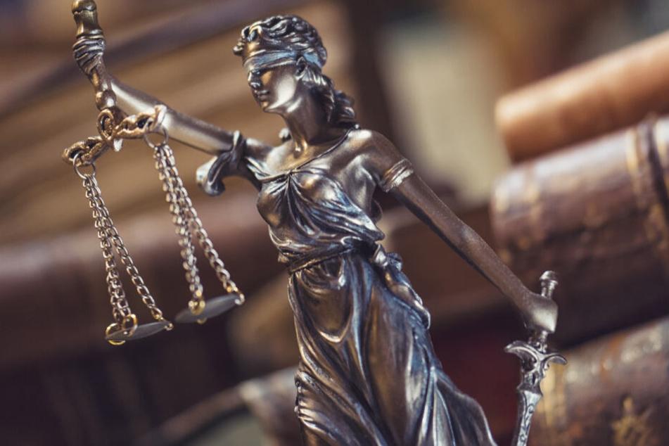 Die Staatsanwaltschaft geht von versuchtem Totschlag aus. (Symbolbild)