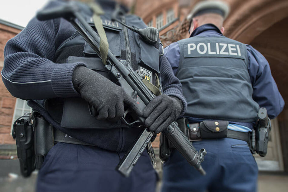 Polizei stürmt Wohnung wegen Terrorverdachts! Mordanschläge gegen Linke geplant