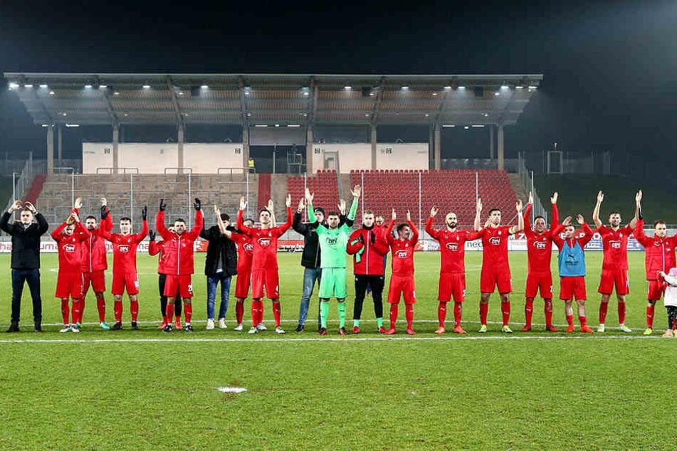 Die Spieler bedankten sich nach der Partie bei den Fans, ...