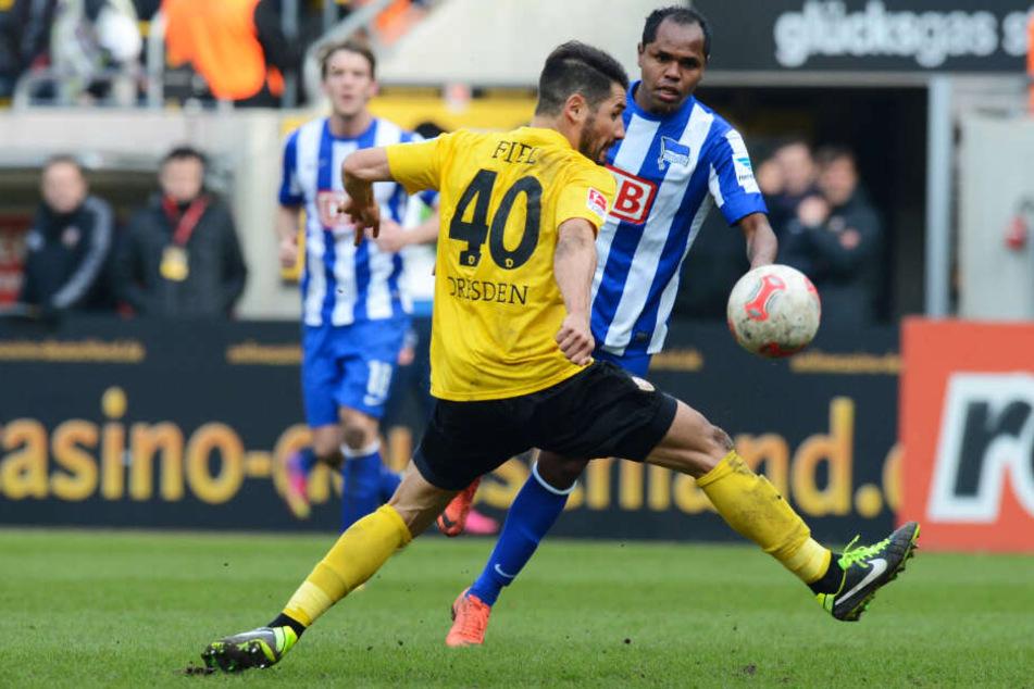 Beim letzten Dynamo-Auftritt im Olympiastadion im September 2012 war Cristian Fiel noch selbst am Ball. Hier stoppt er den Herthaner Ronny.