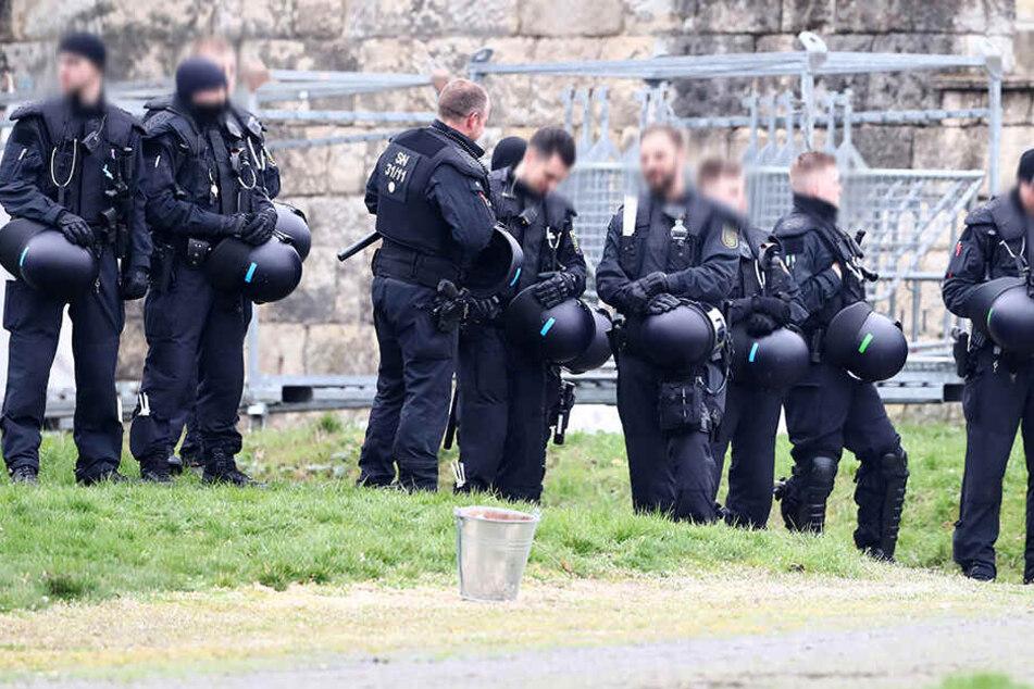Die sächsische Polizei sichert ein Fußballspiel ab.
