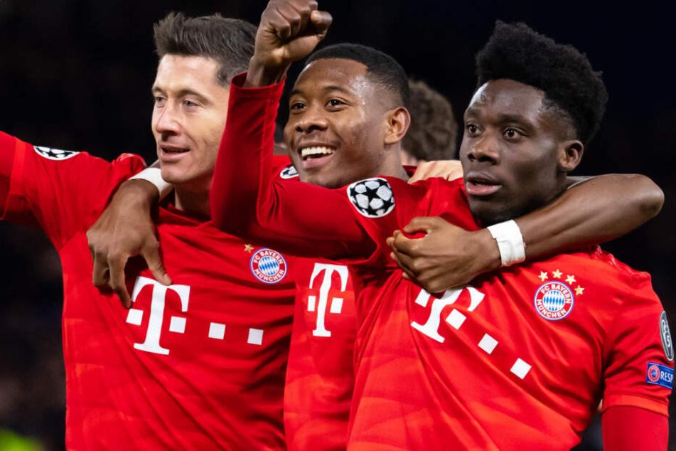 Robert Lewandowski (l.) wird dem FC Bayern München mehrere Wochen fehlen.