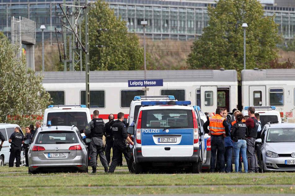 Großes Polizeiaufkommen am Bahnhof Neue Messe am Mittwochnachmittag.