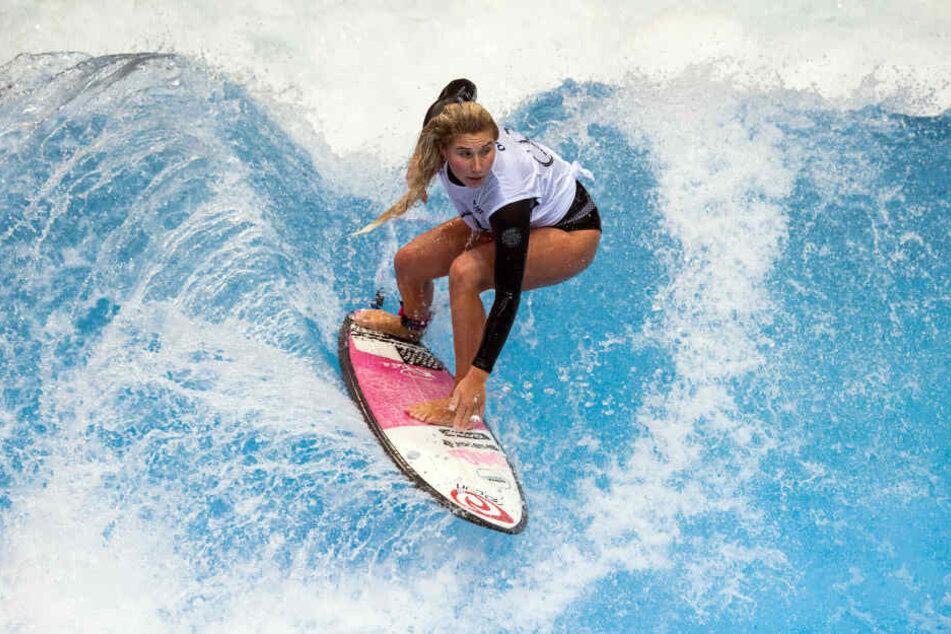 Surferin Janiana Zeitler auf einer stehenden Welle auf der boot Düsseldorf.
