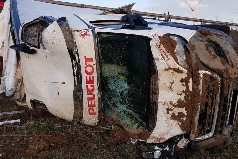 Der Transporter wurde bei dem Unfall völlig zerstört.