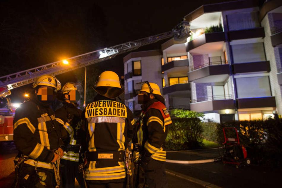 Die Feuerwehr eilte zum Unglücksort, um das Feuer zu löschen.