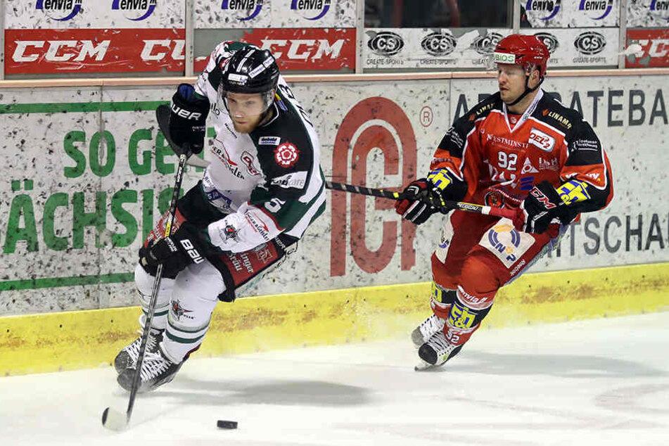 Christoph Gottwald (l.) gegen Chris St. Jacques von den Eispiraten.