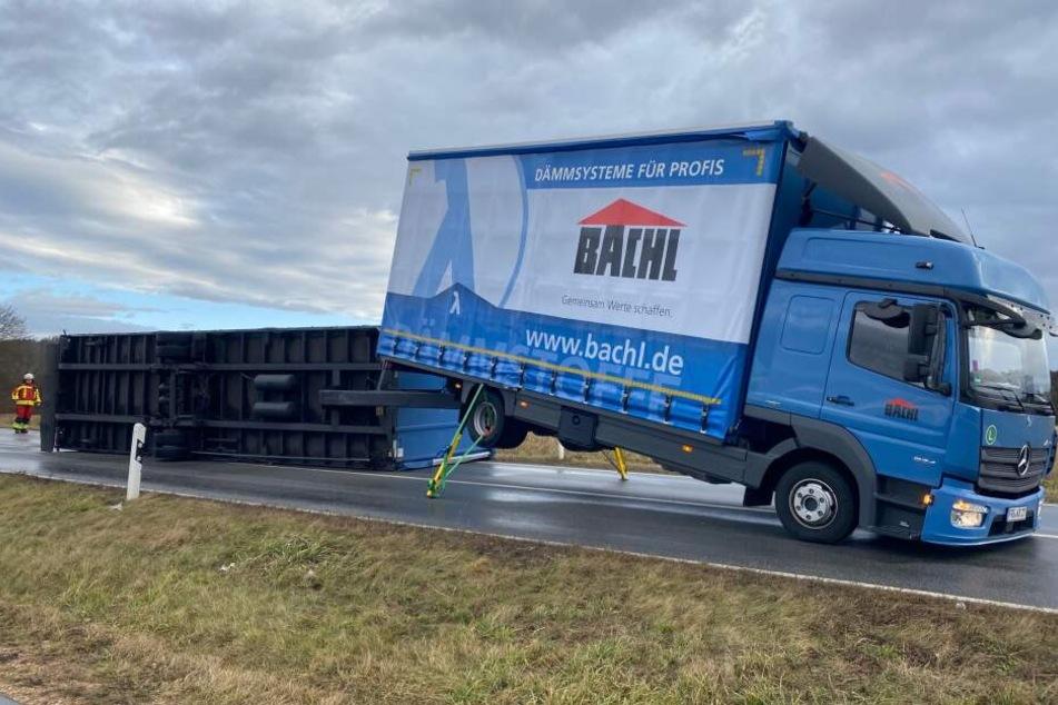 Auf der Autobahn 92 ist der Anhänger eines Lastwagens umgekippt.