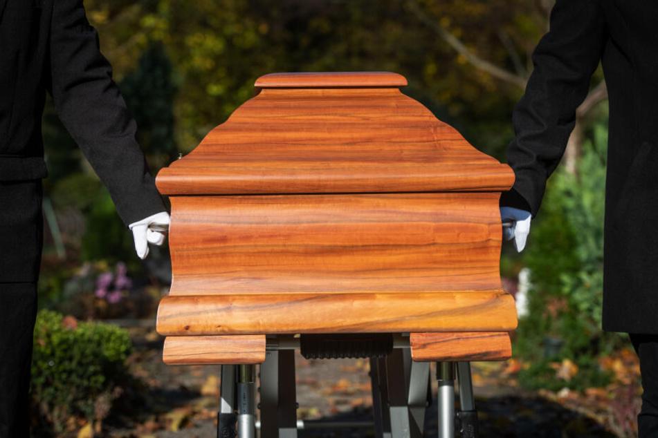 Für das letzte Geleit von der Kapelle zum Grab fehlen häufig die Träger.