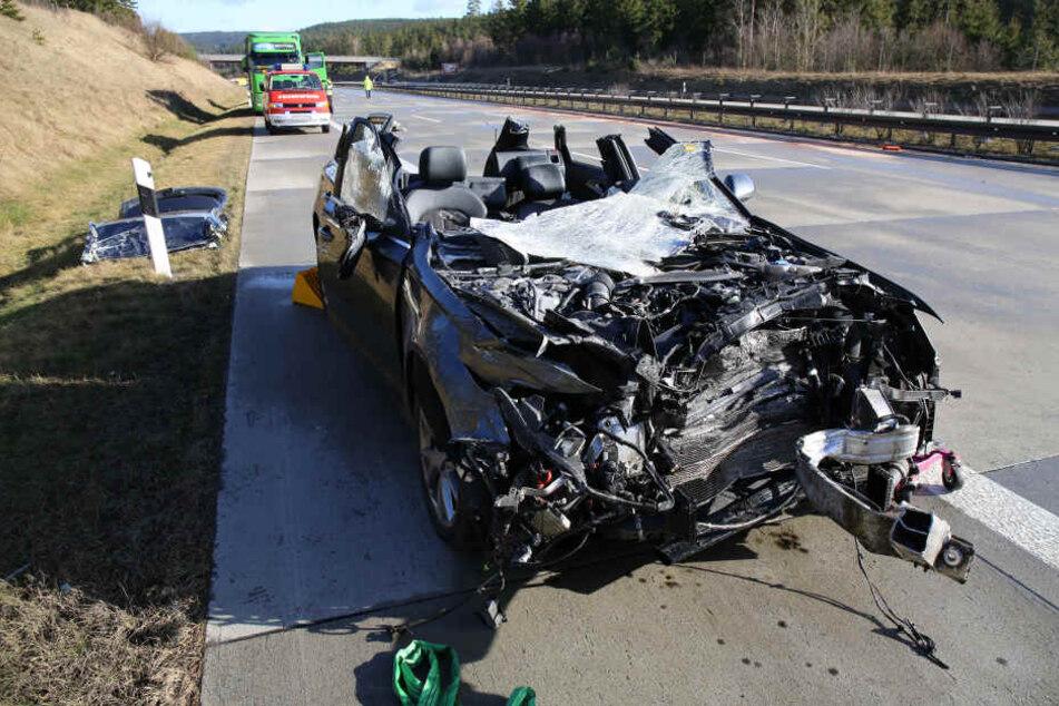 So schlimm sah der Unfallwagen auf der A9 bei Schleiz aus. Das Dach musste abgenommen werden, um den schwer verletzten Fahrer zu bergen.