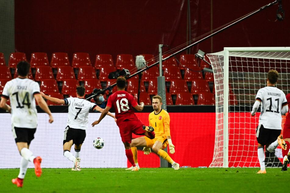 Julian Draxler (2.v.l.) überlupft den türkischen Keeper Mert Günok (2.v.r.) wunderschön und trifft zum 1:0 für Deutschland.