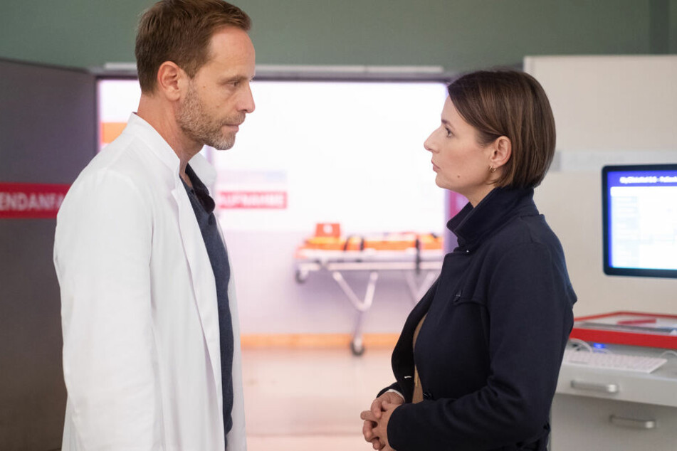 Dr. Kai Hoffmann und Dr. Maria Weber haben noch einmal näher zueinander gefunden. Wird sich der Chefarzt ihr nun anvertrauen können?
