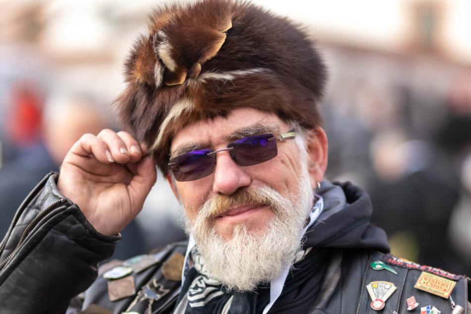 Ist auf der Suche: Uwe (63) aus Lichtenau mit seiner tollen Stinktier-Mütze benötigt Ersatzteile für sein über 70 Jahre altes Sowjet-Krad.