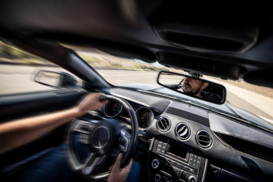 Irre Fahrt mit dem Mietwagen: Männer überholen mit 250 km/h auf A4