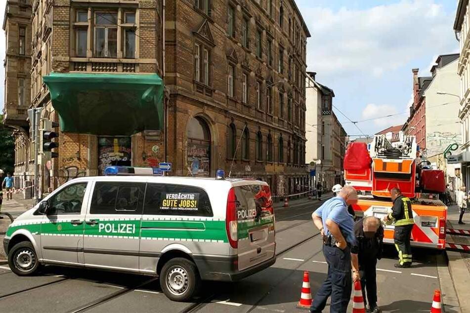 Die Polizei sperrte den gefährdeten Bereich ab, die Feuerwehr und ein Sachverständiger begutachteten den heruntergekommenen Altbau.