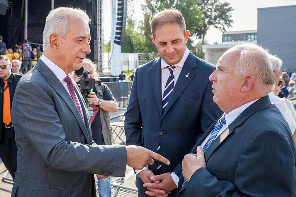Löbaus Bürgermeister Dietmar Buchholz (66, r.) - hier mit Ministerpräsident  Stanislaw Tillich (57, CDU, l.) und Limbachs OB Jesko Vogel (42) - ist 2017  Gastgeber.
