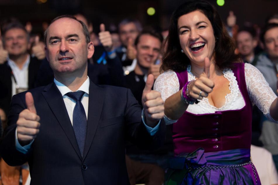 Dorothee Bär (CSU, r), Staatsministerin für Digitalisierung, und Hubert Aiwanger (Freie Wähler).