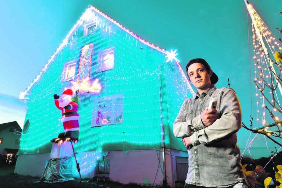 Mit einer kleinen Fernbedienung kann Tom Riedel (24) ein ganzes Haus im weihnachtlichen Lichterglanz erstrahlen lassen.