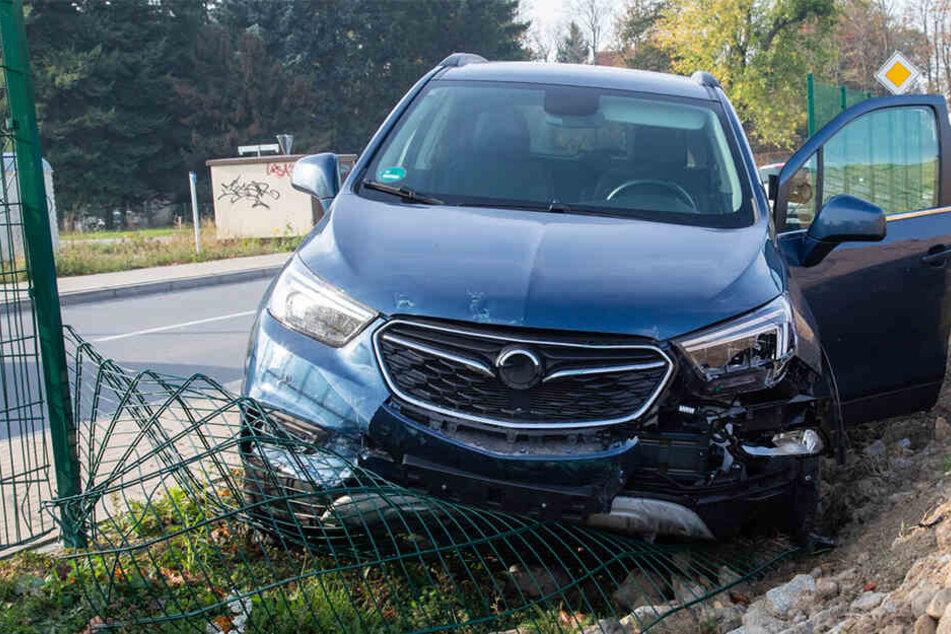 Rentnerin kommt mit Opel von Straße ab und mäht Zaun nieder