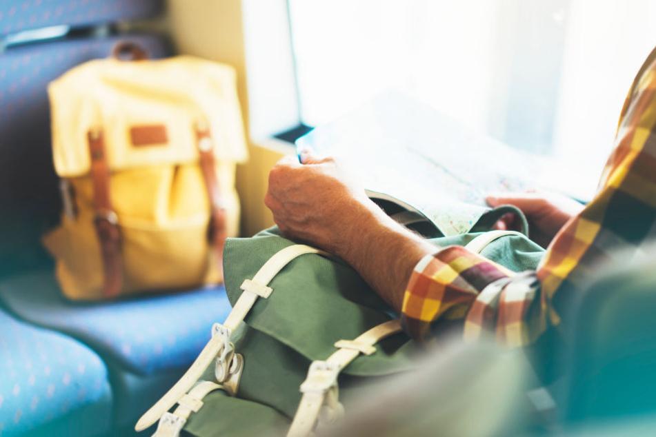 Ein 23-Jähriger war so müde in der S-Bahn, dass er einschlief. Die Chance nutzt ein Dieb. (Symbolfoto)