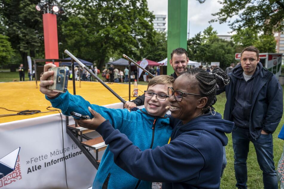 Ein kleiner Fan machte ein Selfie mit TV-Star Shary Reeves (52).