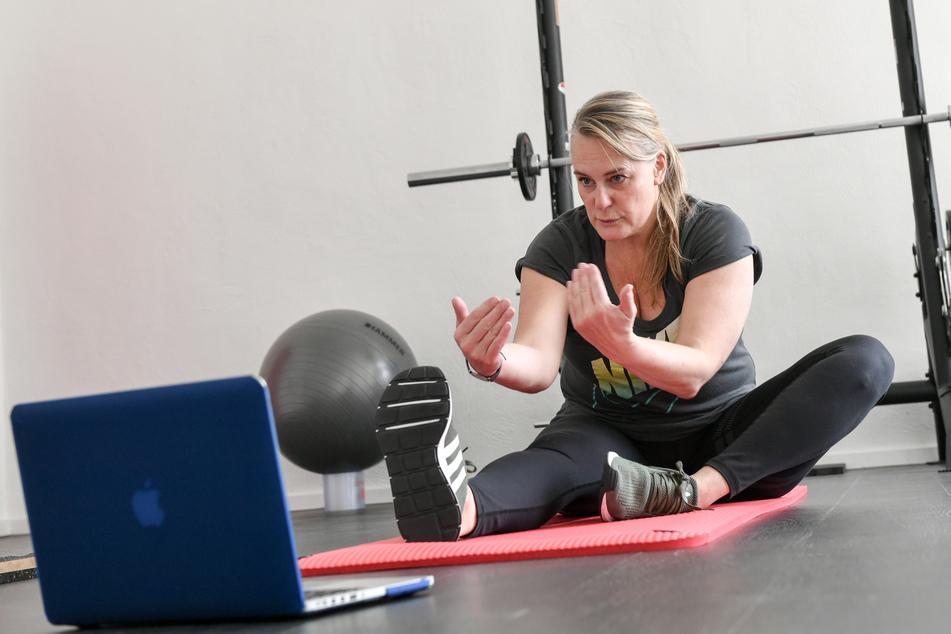 Dorothee Ulrichs, Personal Trainer und Inhaberin von Perfectly Imperfect, bietet ihre Kurse in Zeiten der Corona-Krise nun als Face To Face Online Training an und ermöglicht ein Fitnessprogramm für Zuhause.