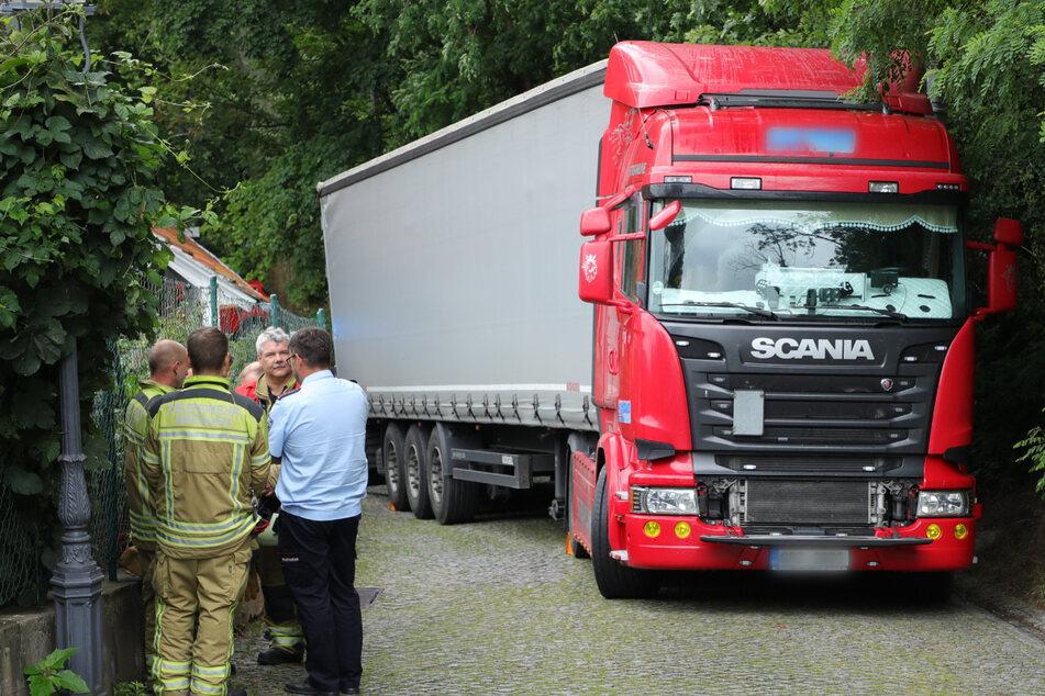 Lkw bleibt in Pillnitz stecken und droht abzurutschen