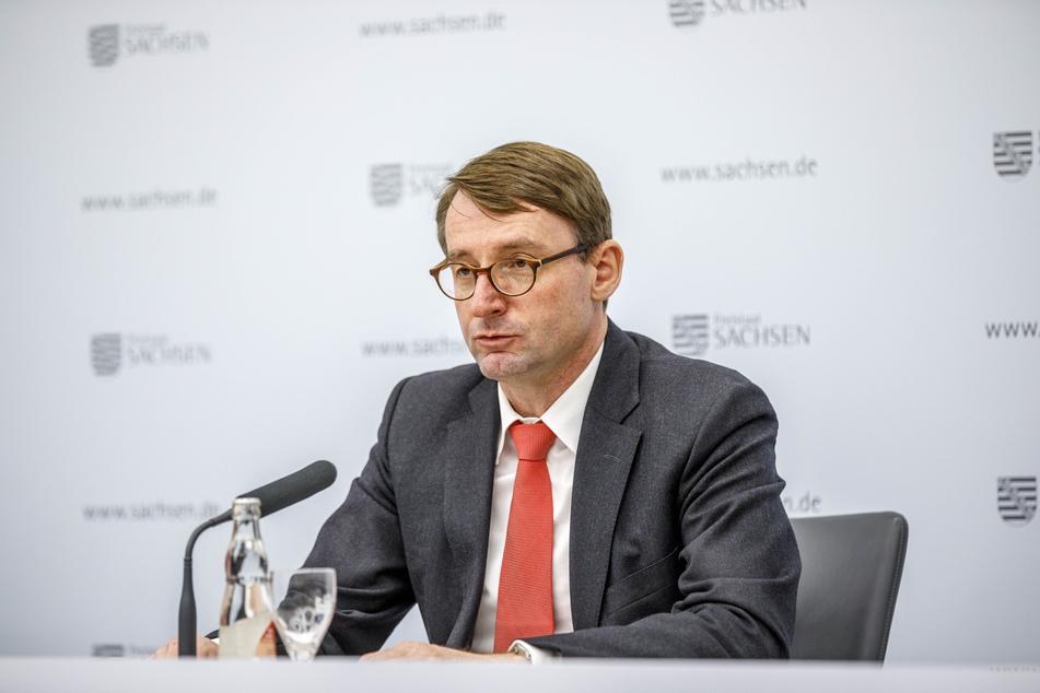 Innenminister Roland Wöller (50, CDU) stellte am heutigen Dienstag den Verfassungsschutz-Bericht vor.