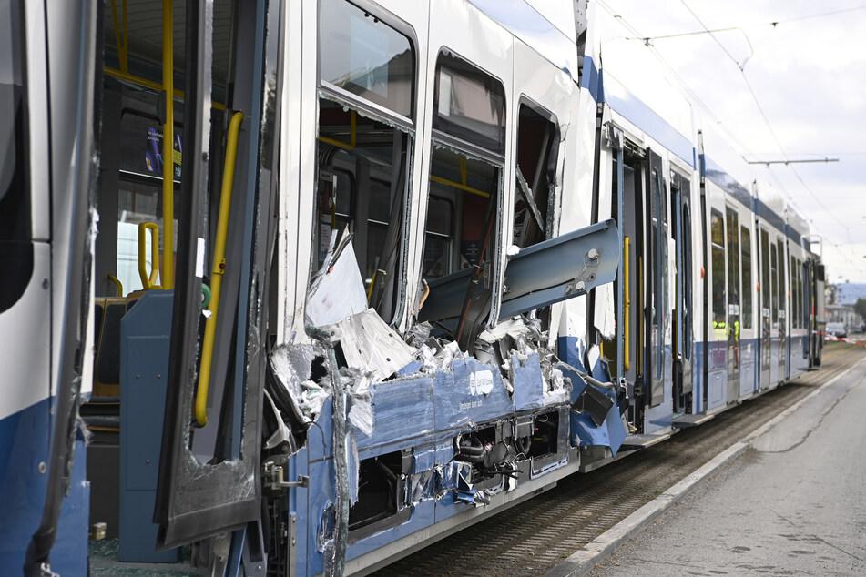 Lastwagen schlitzt Straßenbahn auf, 14 Insassen verletzt
