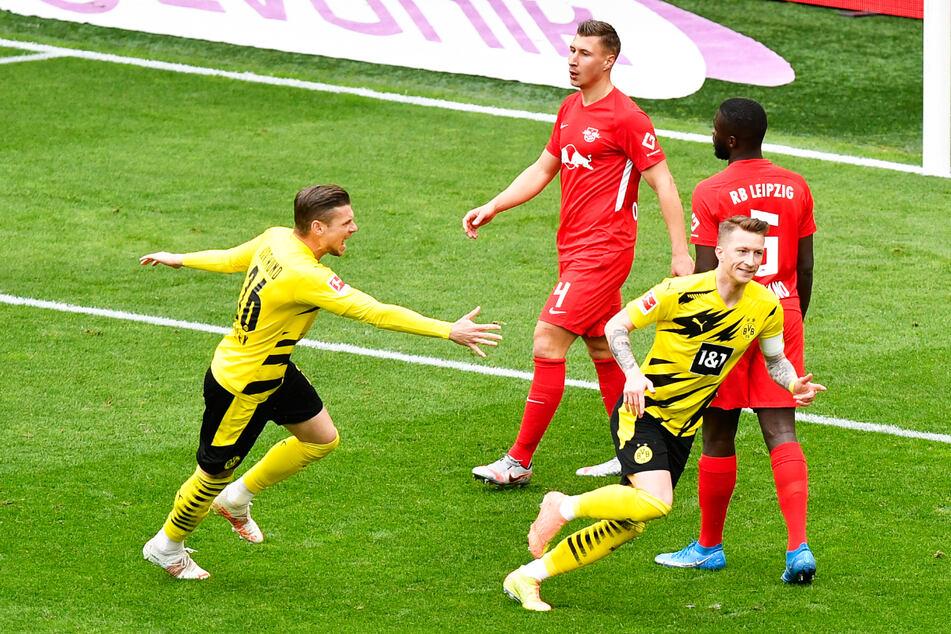 Jubel beim BVB um 1:0-Torschützen Marco Reus (2.v.r.) nach der Führung, Ärger bei RB Leipzig.