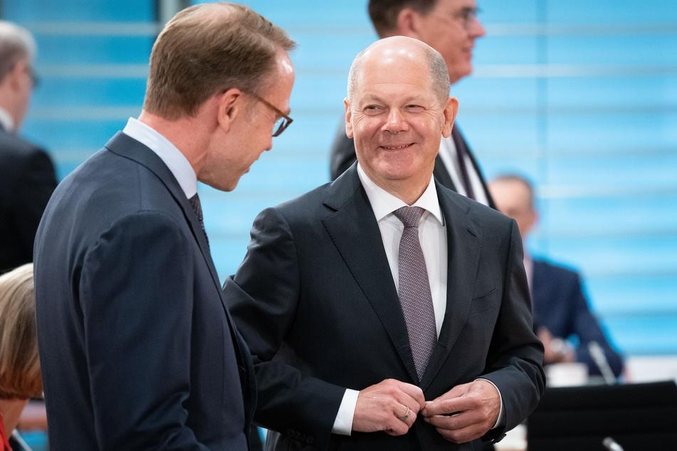 Olaf Scholz (r, SPD), Bundesminister der Finanzen, und Jens Weidmann, Präsident der Deutschen Bundesbank, begrüßen sich zu Beginn der Sitzung des Bundeskabinetts im Bundeskanzleramt.