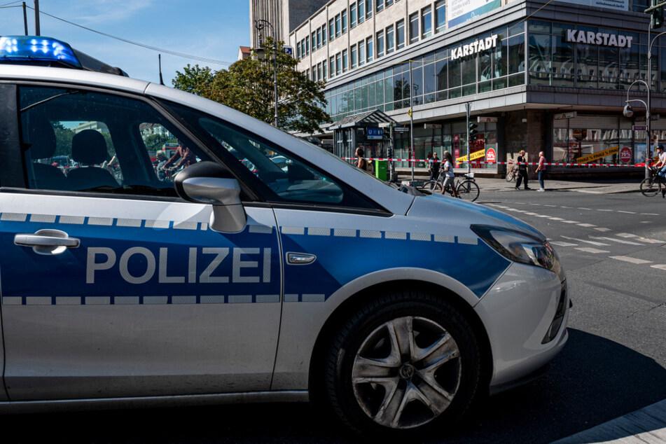 Ein Polizeiauto steht vor dem Karstadt am Hermannplatz. (Symbolbild)