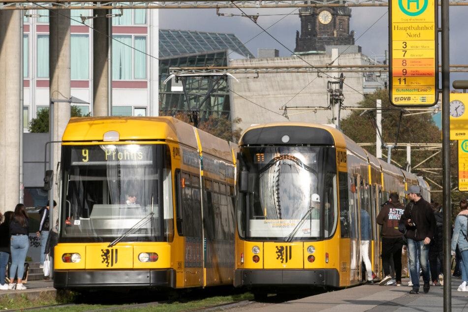 Fußgänger tritt auf Gleise, Bahnfahrer muss bremsen: 67-Jähriger verletzt sich schwer