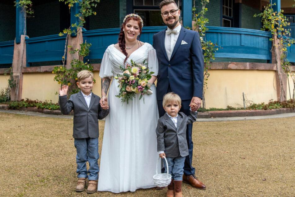 Julia (32) und Adrian Singer (33) mit ihren Kindern - sie haben sich bewusst für das Datum entschieden.